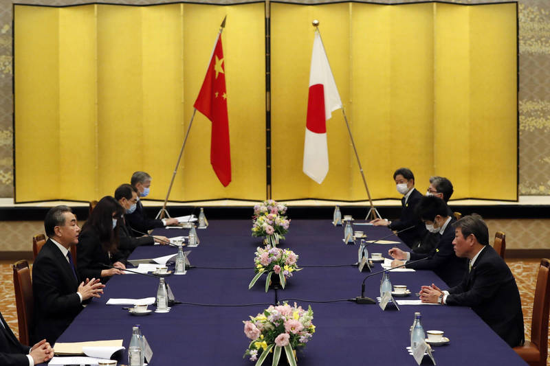 日本傳出計畫2年內在中國武漢開設新的駐外使館。示意圖,圖為中國外長王毅訪日。(彭博)