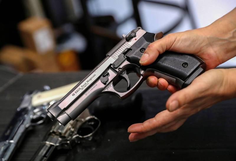 印度近日發生一起槍擊案,一名17歲少年十分反對妹妹與男友往來,某天他發現妹妹又在與對方講電話,於是兩人起了口角,想不到他一氣之下竟然衝進房間拿出一把槍並朝妹妹的肚子開了一槍。示意圖。(路透)