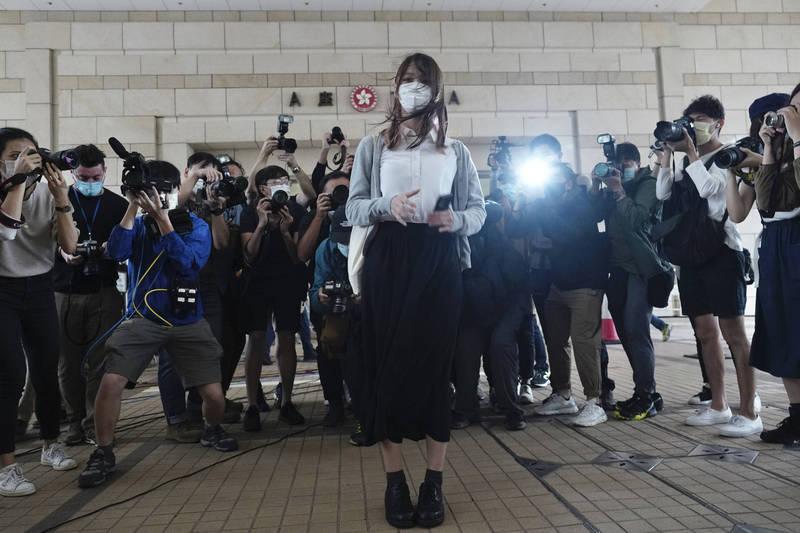 前「香港眾志」副主席袁嘉蔚指出,她昨日赴監獄探訪周庭(中),周庭目前安好,更請她轉告外界,別太擔心她。(美聯社)