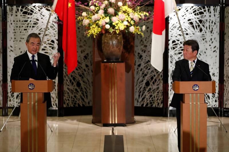 日本外相茂木敏充(右)今天傍晚與來訪的中國外交部長王毅(左)進行會談,兩人在釣魚台問題上激烈交鋒。 (法新社)