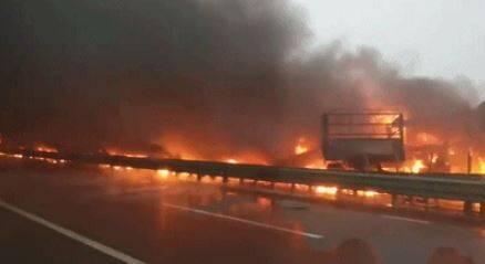中國陝西省銅川市耀州區包茂高速公路關莊溝大橋路段,今上午7時驚傳嚴重交通事故。(圖翻攝自新華網)