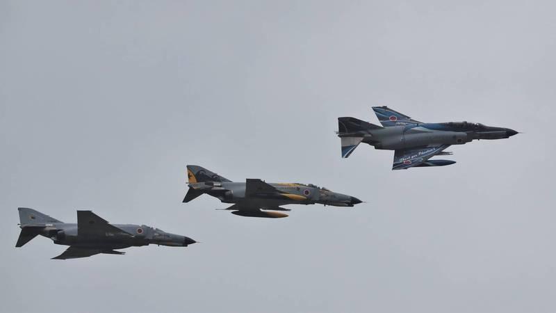 航空自衛隊進行「F-4EJ改」最後一次訓練飛行任務,並由3架「F-4EJ改」戰機進行表演。(圖擷取自航空自衛隊百里基地推特)