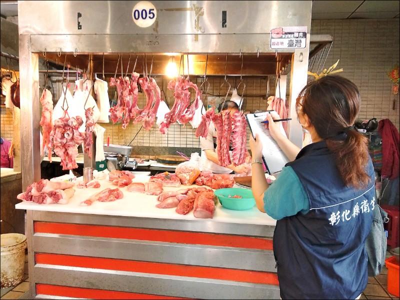 明年美豬開放進口,中央規範業者要標示豬肉產地,目前是輔導期,彰化縣衛生局與鄉鎮市公所跨單位合作,協助業者標示產地。(衛生局提供)