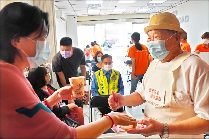 陳水圳(右)在弘道基金會溪湖社區服務中心當服務員。(記者顏宏駿攝)