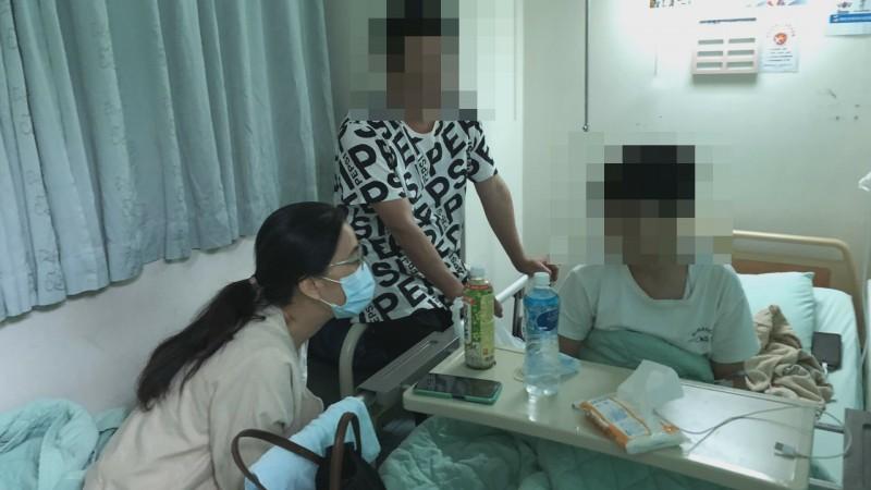 達德商工校長許維純(左1)前往醫院探視身體不適學生。(記者陳冠備翻攝)