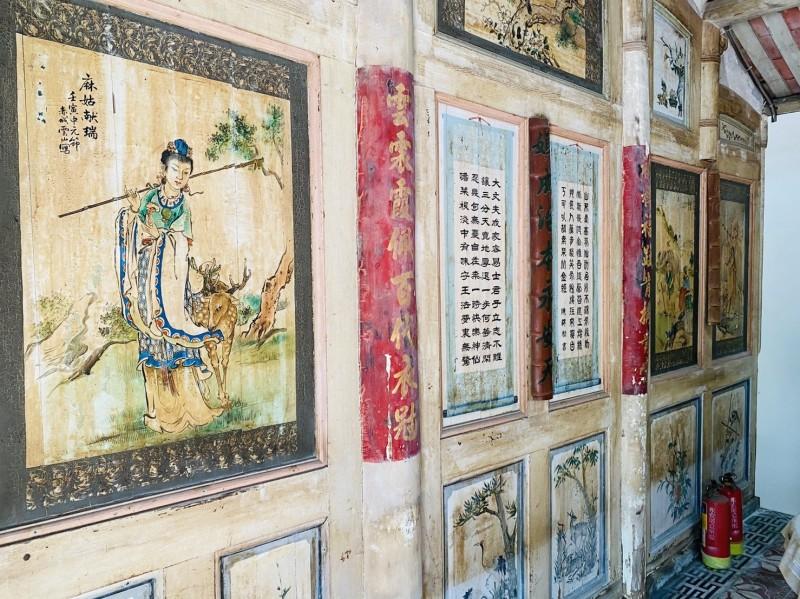 黃家古厝廳堂牆面的歷史故事畫作,出自國寶廟畫大師潘麗水之手。(記者許麗娟翻攝)