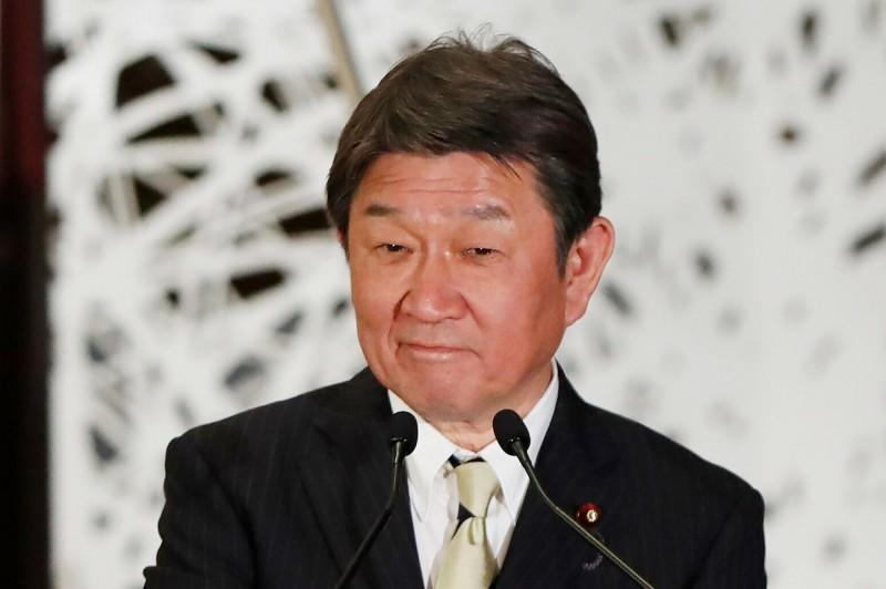 日本外相茂木敏充在24日的日中外長共同記者會中,聽到中國外長王毅強調中國擁有釣魚台主權時,露出苦笑的表情。(路透)