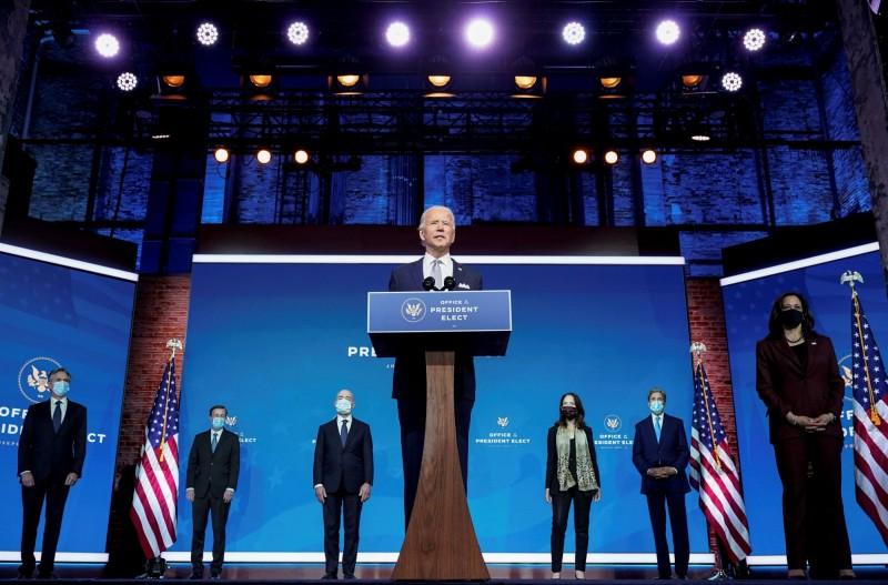 美國總統推定當選人拜登24日與他提名的國安團隊成員,在德拉瓦州政權交接團隊總部一起召開記者會。(路透)