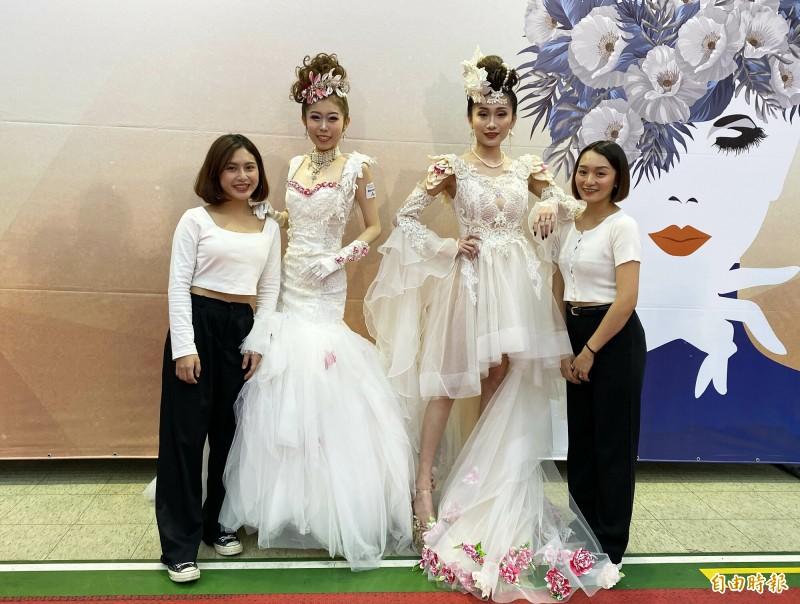 以客家新娘分別拿下時尚創意新娘造型組冠軍潘宜襄(左)與季軍陳奕潔(右)。(記者李容萍攝)