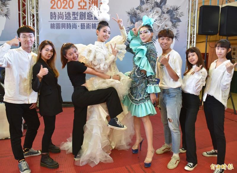 亞洲盃時尚造型創意競賽,選手示範演出的藍、白珊瑚發想的禮服,呼應環保議題。(記者李容萍攝)