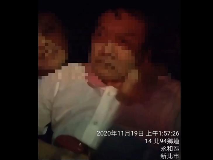 林姓計程車運將(右)19日載送周姓乘客(左)回家,周男卻半路發起酒瘋,甚至動手勒脖,一度還威脅殺害司機。(記者闕敬倫翻攝)
