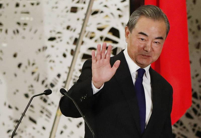 中國外長王毅到日本進行訪問。(美聯社)