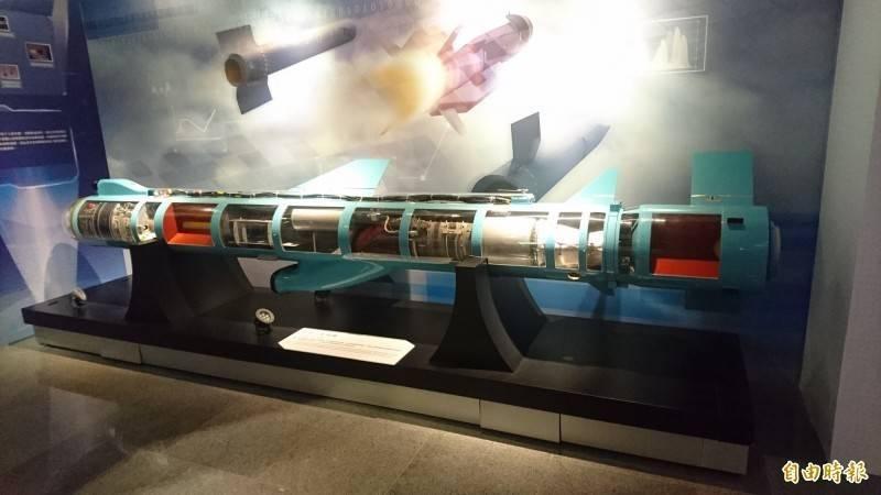 射程具1200公里的增程型雄二E巡弋飛彈於2019年進行設計調整,同年年底開始量產,至上月終於撥交特種飛彈部隊服役,圖為中科院展示館中,雄風二型飛彈透明剖視圖。(資料照)