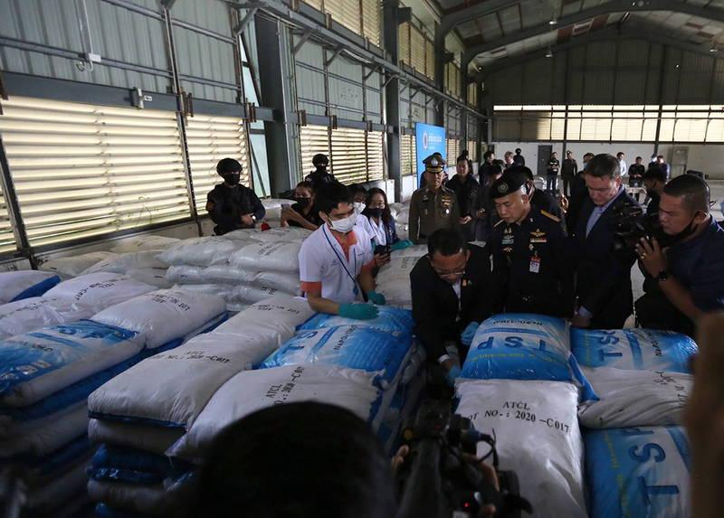 泰國日前宣布成功破獲泰國史上最大毒品案,但司法部長表示,這是一場「誤會」,這些白色顆粒物質其實是一種可用來製作清潔劑的化學物質「磷酸鈉」。(歐新社)