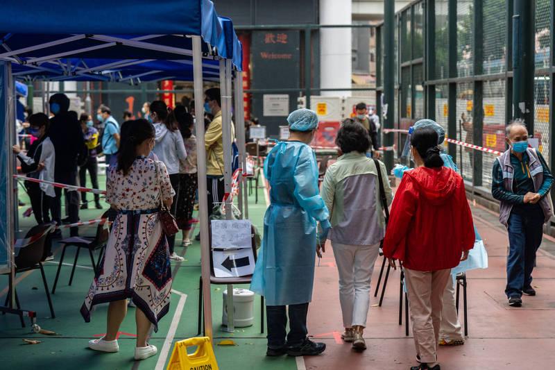 武漢肺炎(新型冠狀病毒病,COVID-19)疫情肆虐,香港第四波疫情有惡化趨勢,昨日就新增80例,其中在近日引發外界關注的「跳舞群組」就佔54例,累計至今已有187人確診。圖為示意圖。(彭博)