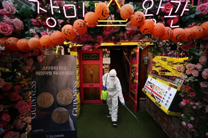 南韓則於24日正式加入流行病預防創新聯盟(CEPI),承諾從今年起,未來3年內,每年挹注約新台幣8544.8萬元,圖為南韓防疫消毒畫面。(歐新社)