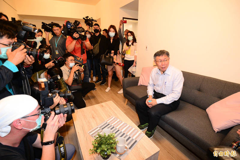 台北市長柯文哲參觀44坪、一個月租金4萬500元的房型。(記者王藝菘攝)