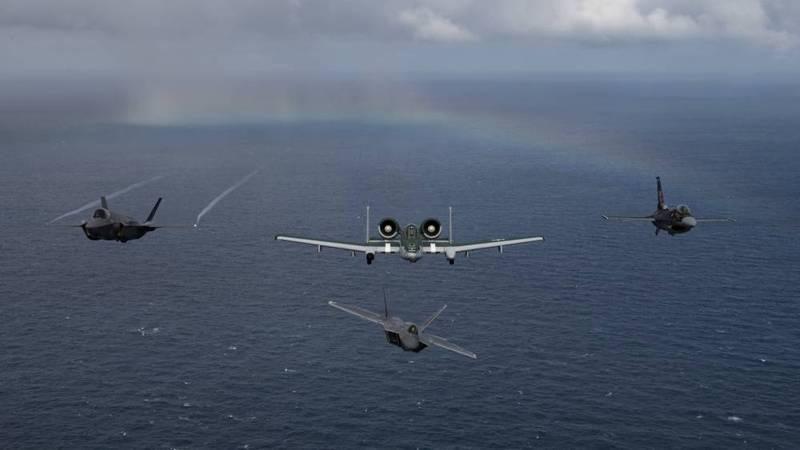 美軍空戰司令部4支單機性能展示小組,21至22日期間參與勞德岱堡航空展,進行了F-22、F-35、F-16與A-10等4型戰機的異機種編隊。(擷取自美國空軍Airman Magazine推特)