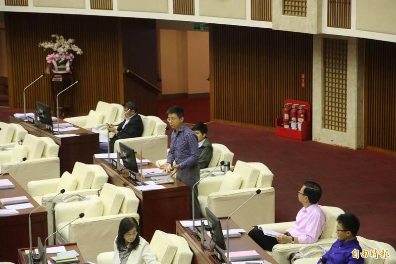 台北市議員邱威傑、陳建銘,以及北市府皆提出囤房稅修正案,卡在大會的北市府提案,今天下午終於通過,順利付法規委員會討論。(記者鄭名翔攝)
