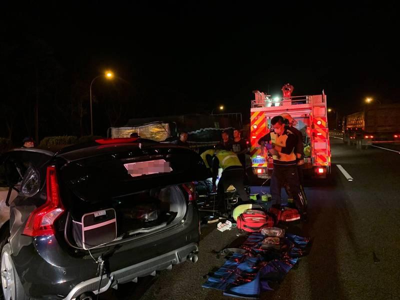 國道3號新竹系統路段今天清晨發生追撞車禍,造成一名男子身亡;警方提醒高速行駛路段若發生輕微車禍,應儘速將車輛移置安全處,避免二次事故。 (記者廖雪茹翻攝)