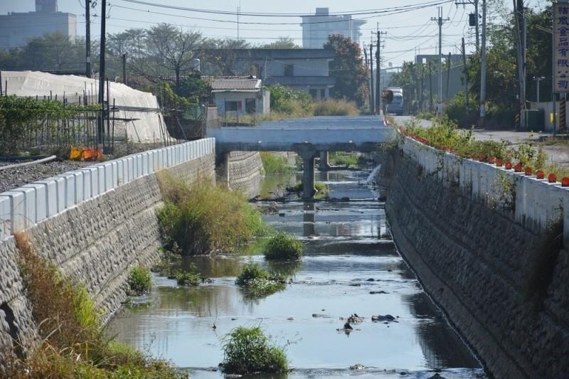 拓寬武洛溪大仁支線排水,解決鹽埔遇雨淹水問題。(屏東縣政府提供)
