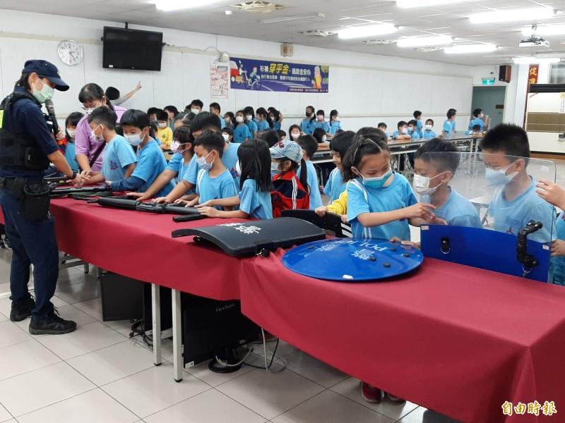 東勢國小學童參訪東勢警分局。(記者張軒哲攝)