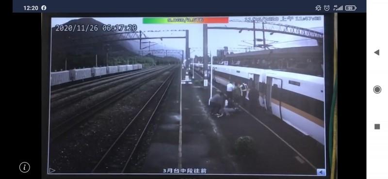 花蓮縣消防局人事室主任杜周億今早6點多搭火車前往台北開會,突然昏迷被從列車上救出。(記者王錦義翻攝)