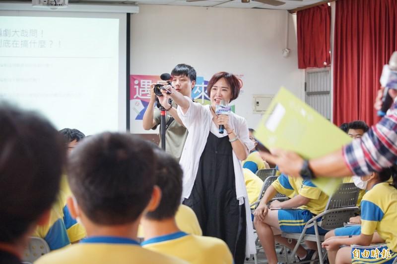 編劇謝小蜜到烏日溪南國中演講,9成學生看過她寫的偶像劇。(記者何宗翰攝)
