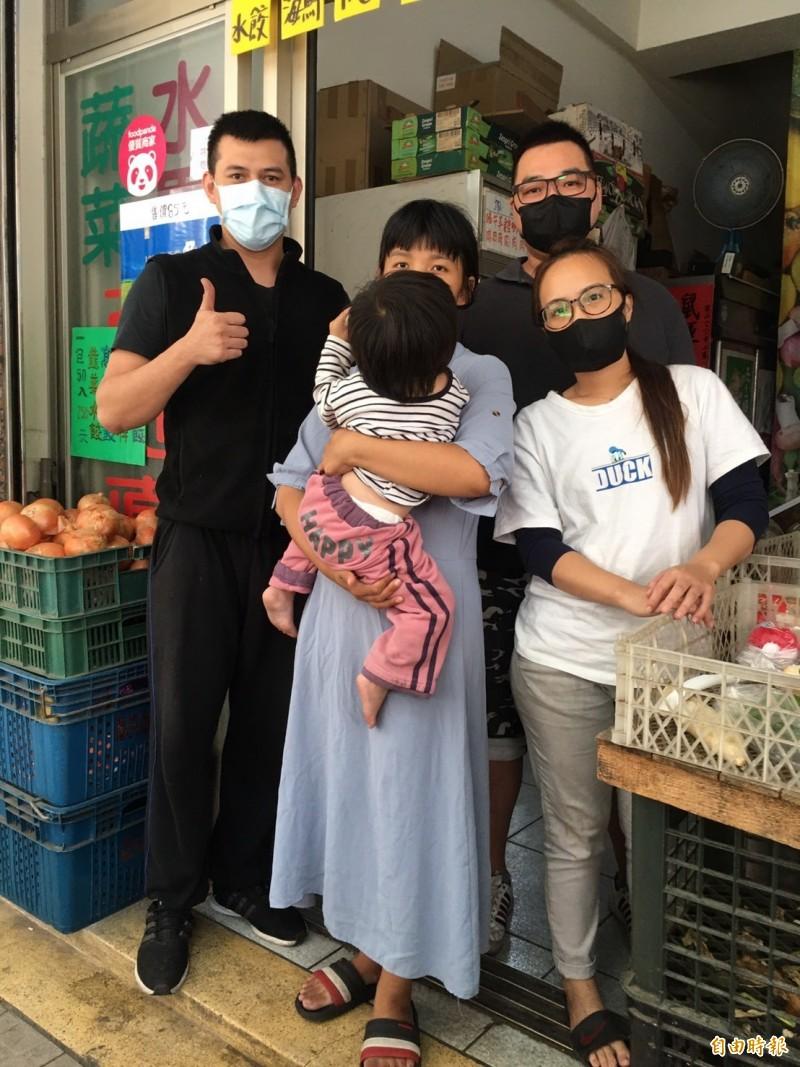 林姓菜販夫妻(左1及左4)幫忙王姓單親媽及其女兒,感動鄰里。(記者蔡淑媛攝)