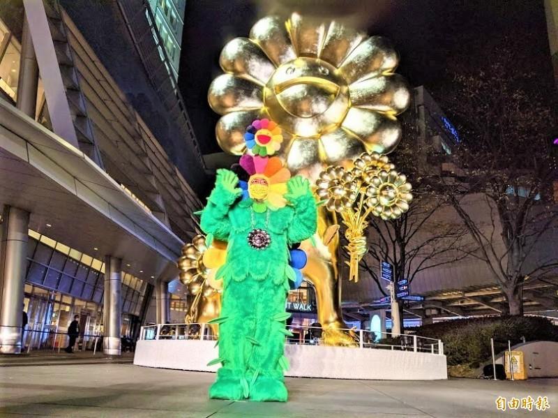 日本當代藝術家村上隆穿著綠色的花花裝公布新作「花花親子」。(記者林翠儀攝)
