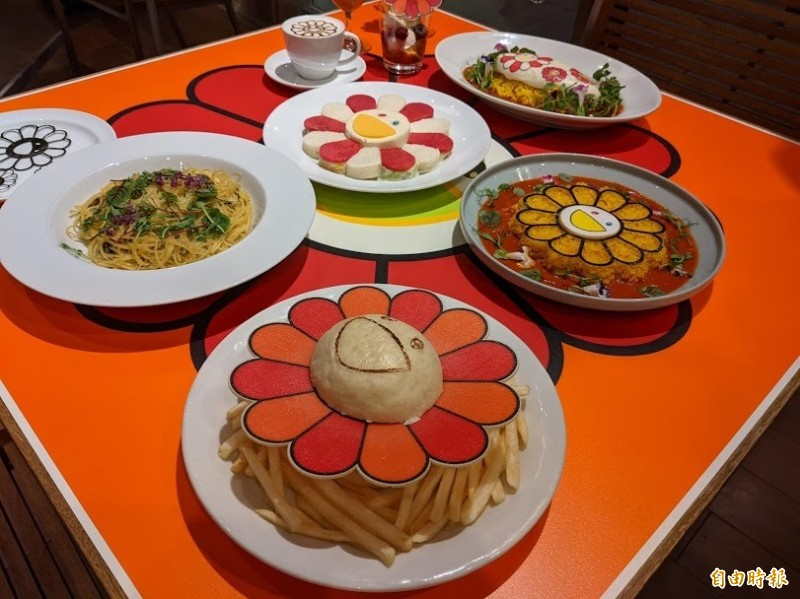 六本木之丘配合村上隆新作展出,開設期間限定的「花花咖啡座」,餐點均為可愛的花花造型。(記者林翠儀攝)