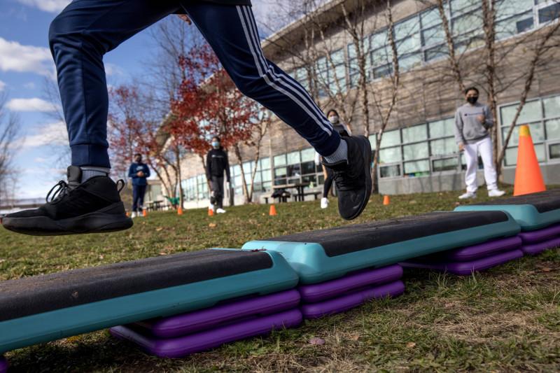 美國康乃狄克州一名7年級生24日在保持社交距離下運動。(法新社)