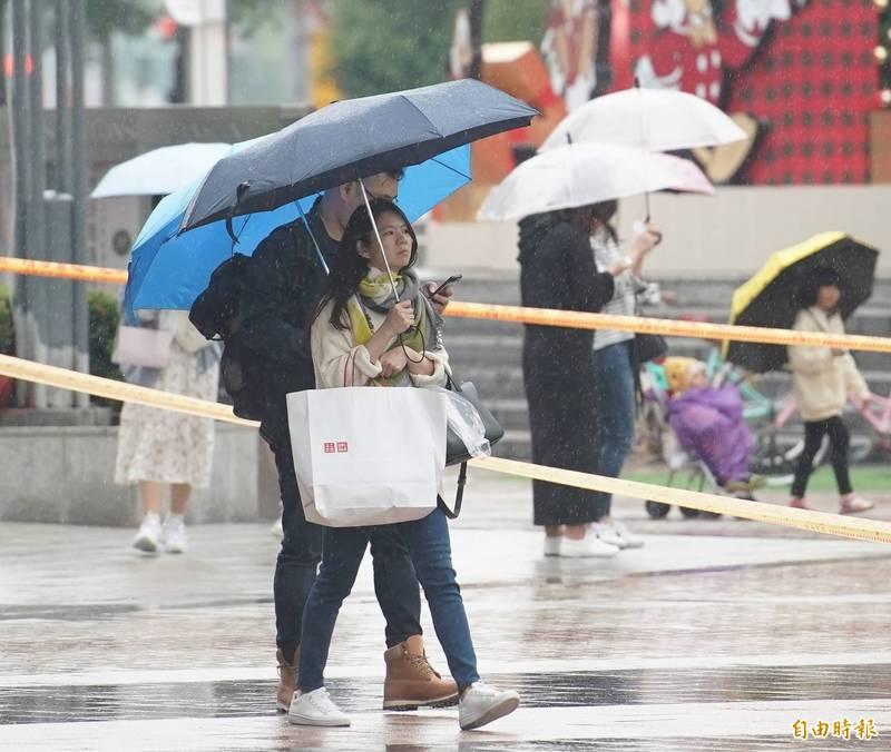 明天東北部地區及大台北山區會有局部大雨發生的機率,天氣相對濕冷。(資料照)