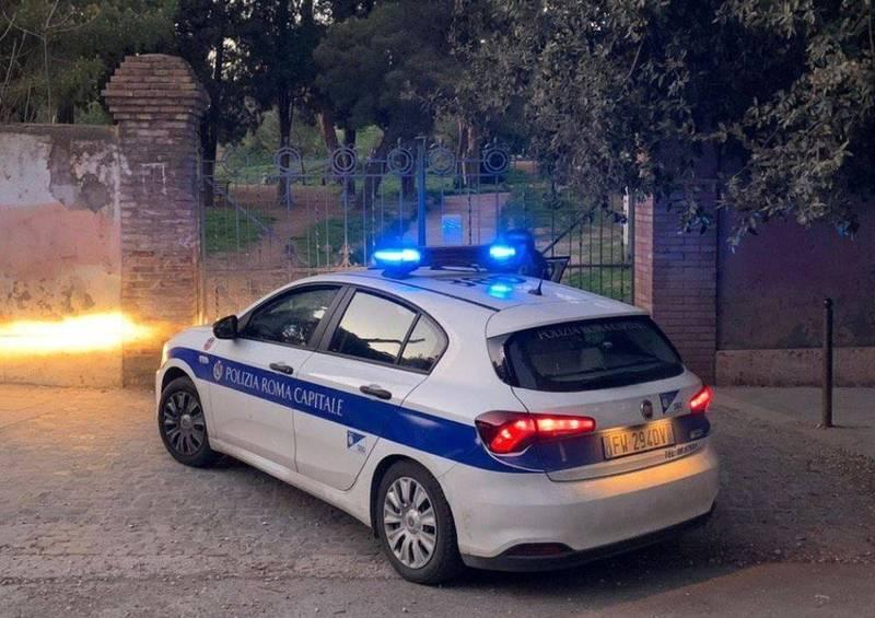 義大利羅馬近日發生一起離譜失職案件,一對警察夫妻排定共同夜間巡邏,卻趁隙開著警車到空地「車震」,因為車上的無線電未關,整段過程全被「放送」。羅馬警車示意圖,非當事車輛。(圖翻攝自羅馬市政警局)