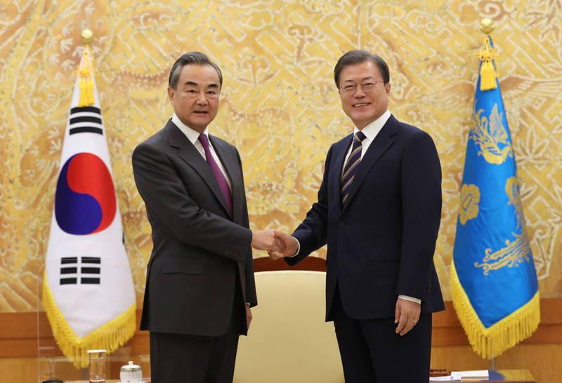 中國外交部長王毅結束日本的訪問行程後,轉往南韓繼續訪問之旅,南韓總統文在寅今天也在青瓦台接見他,雙方針對中韓關係、韓半島的情勢進行對話。(歐新社)