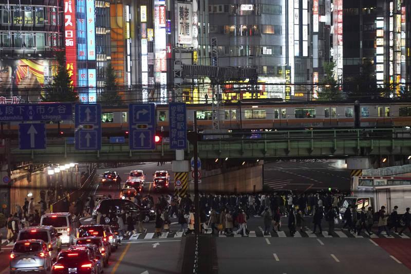日本東再度祭出縮短營業時間禁令,自週六起至12月17日提供酒類的餐飲店和卡拉OK店必須晚間10點關店。(美聯社)