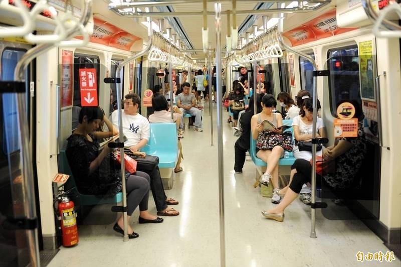 網友抱怨捷運人擠人時,總有人喜歡用身體靠著或抱著車廂中間的桿子,讓其他人沒地方抓。示意圖。(資料照)