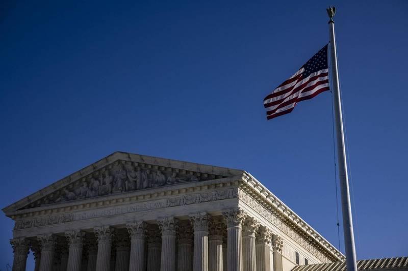 紐約州以對抗武漢肺炎為由限制宗教活動,美國最高法院(見圖)最後以5比4票裁決,這項防疫措施違反美國憲法第一修正案對宗教自由的保障。(法新社)