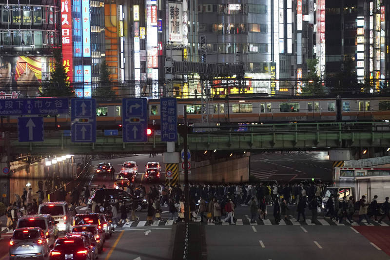 日本25日全境共新增1946例確診病例、21例死亡,其中東京都單日新增更達401例。圖為東京新宿街景。(美聯社)