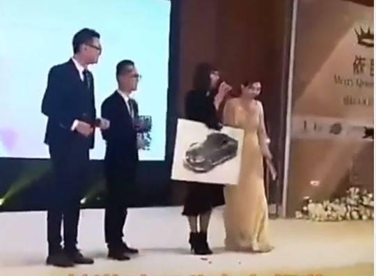 中國上海羅小姐去年參加某公司舉辦的「三八女王節」活動,抽中頭獎獲得一輛豪華轎車,她開心上台發表感言,沒想到下台後卻被告知「轎車要內定給自家員工」,只能送「轎車模型」給她。(圖擷取自微博)