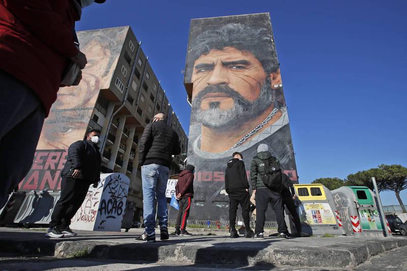 那不勒斯居民在馬拉度納的壁畫前致意,以感謝他為當地帶來的榮耀。(美聯社)