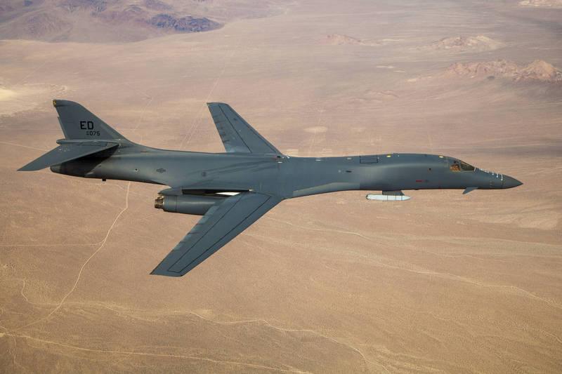 美國空軍24日宣佈,成功在B-1B轟炸機外架下攜帶了1枚AGM-158空對地飛彈進行試飛,將進一步發展攜帶高超音速飛彈能力,圖為美國空軍B-1B轟炸機測試畫面。(擷取自美國空軍)