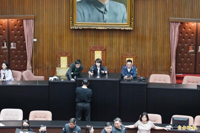 民進黨立委陳亭妃率先搶佔議場主席台。(記者黃欣柏攝)