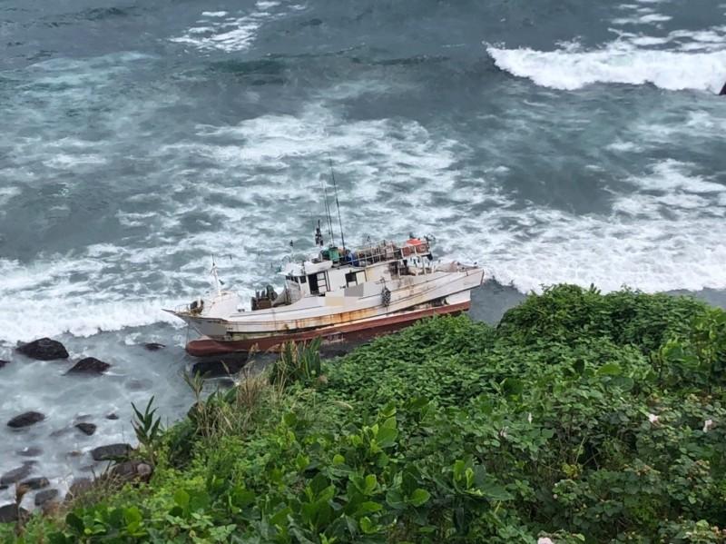漁船擱淺在岸邊。(記者江志雄翻攝)