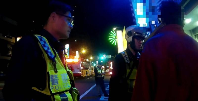 八德警分局動員多名警力前往當鋪逮人。(記者周敏鴻翻攝)