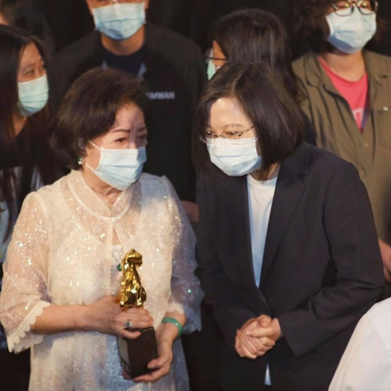 蔡英文總統(前右)表示,因為「孤味」,讓她終於有機會走入電影院。前左為以「孤味」榮獲金馬獎最佳女主角的「國民阿嬤」陳淑芳。(圖取自蔡總統臉書)