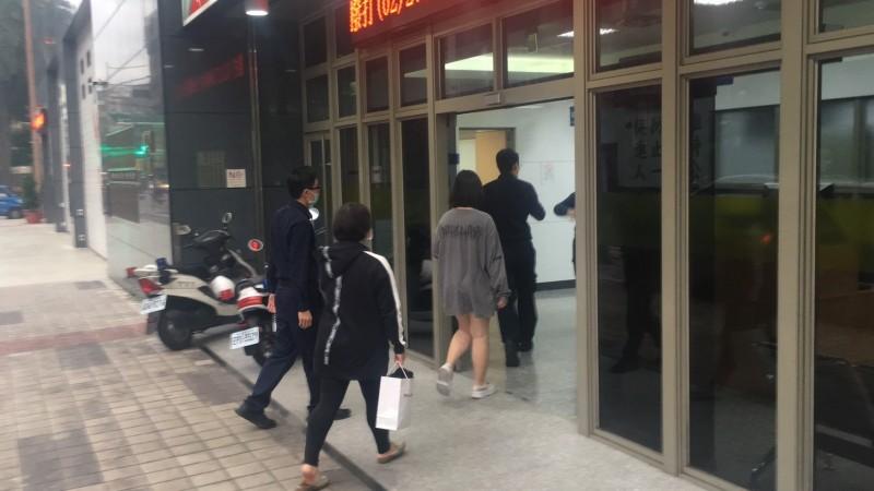 16歲少女(灰衣者)被警方帶回派出所。(記者劉慶侯翻攝)