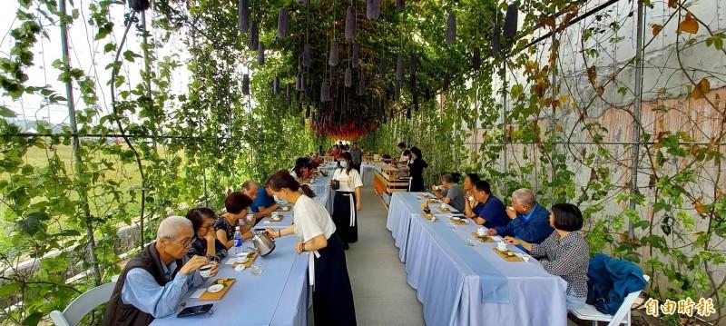 嘉義搏茶會吸睛展點,遊客悠閒在「絲瓜大道」品茗、喝咖啡。(記者丁偉杰攝)