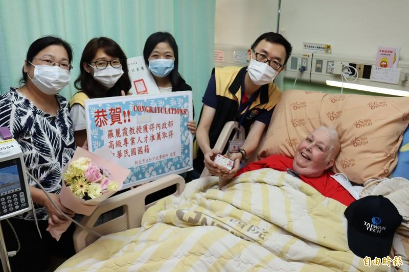 羅麗霞拿到台灣身分證,與學校同事及戶政人員同慶。(記者翁聿煌攝)