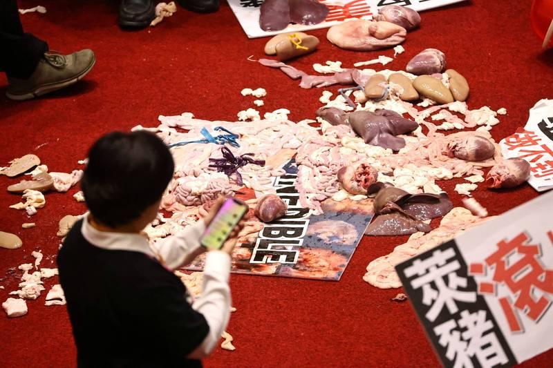 國民黨立法院黨團為抗議美豬進口,27日在國會中潑灑豬內臟抗議。(路透)
